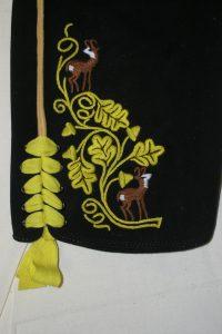 Kurze Lederhose mit Eichenlaubstickerei und bunten Gämse, doppelt gestochenes Nadl ums Leistl